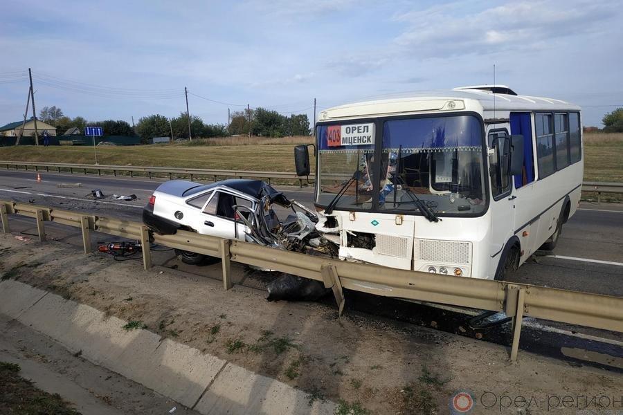 Утром натрассе «Крым» легковушка протаранила автобус: есть жертвы